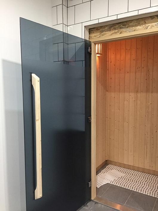Adhésif noir occultant pour une porte d'entrée de SPA pour une salle de sport à Nantes