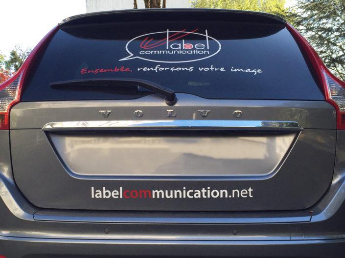 Pose d'adhésifs sur voiture Label Communication Nantes en lettres decoupées