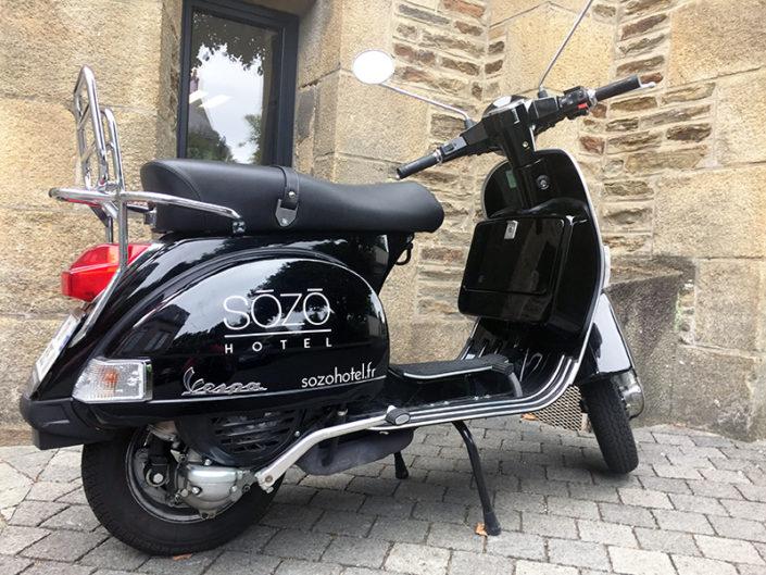 Marquage et pose de lettres découpées sur scooter pour Sozo Hotel à Nantes