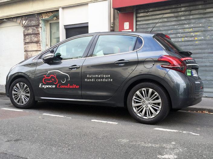 Marquage et pose de lettres découpées sur voiture auto-école à Nantes