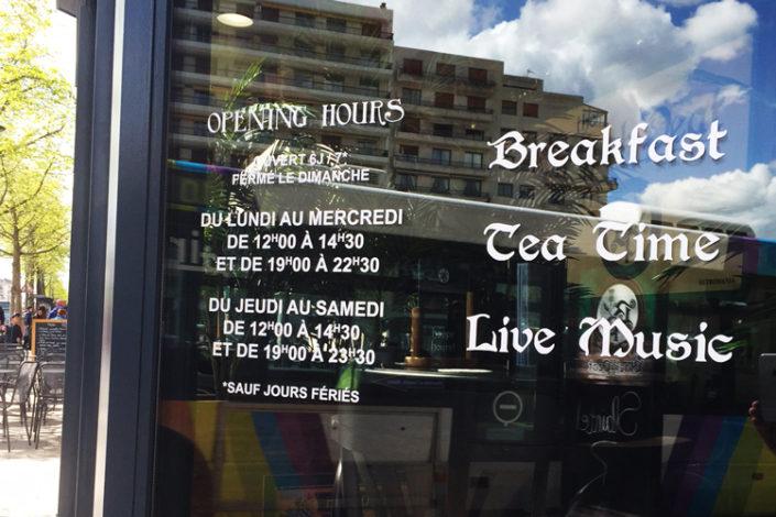 Lettres adhésives pour informer des horaires et produits sur vitrine au centre ville d'Angers