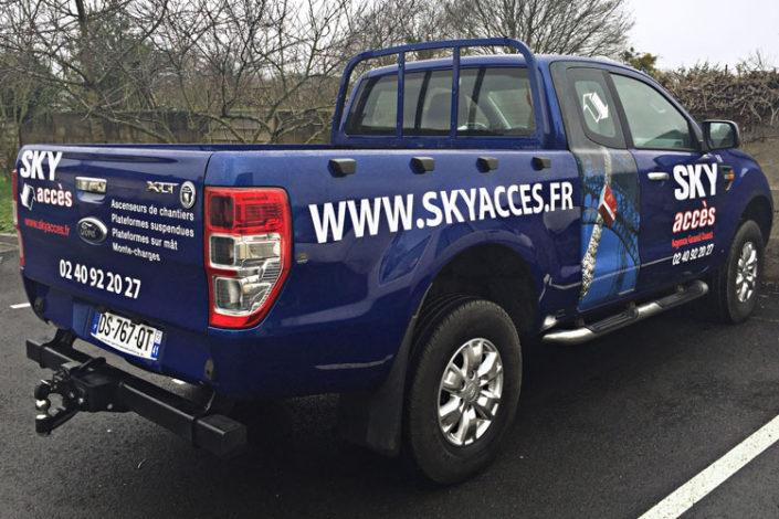 Marquage véhicule Ford en bandes adhésives et lettres découpées, adhésif traité anti-uv et anti-intempéries, pour Sky Acces à Couëron