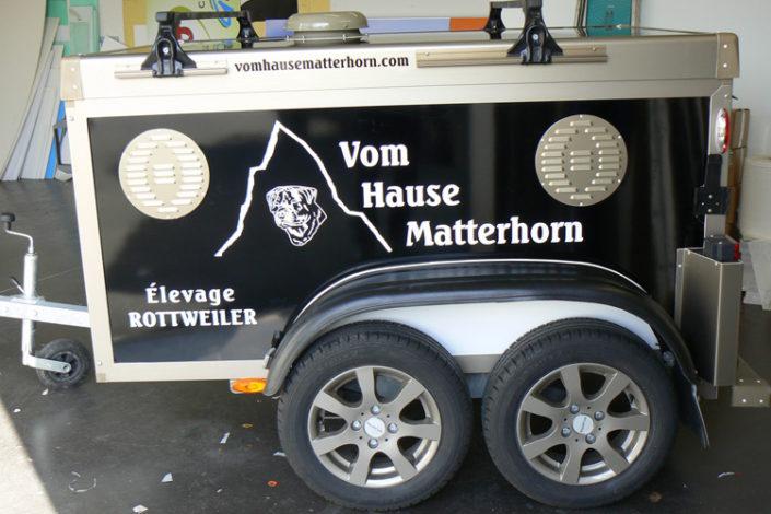 Décoration d'une remorque avec adhésifs découpés à la forme, en lettres découpées pour un éleveur de Rottweiler Vom Hause Matterhorn