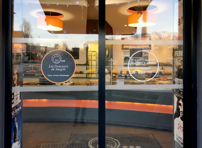 Adhésif découpé rond pour vitrine Boulangerie Les Douceurs de Saupin à Nantes (44)