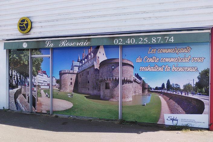 Total covering d'un magasin à Sainte Luce sur Loire, adhésif total pendant travaux, en attente d'ouverture