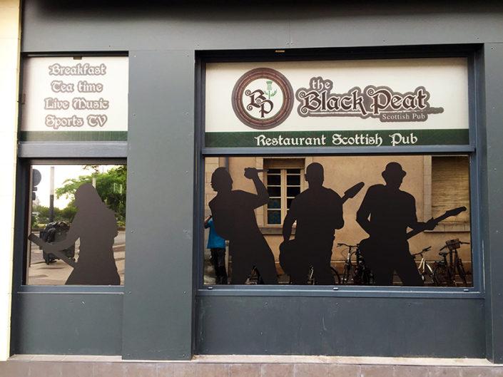 Adhésif collé en intérieur au centre ville d'Angers 3x2 mètres pour le restaurant pub scottish irlandais le Black Peat