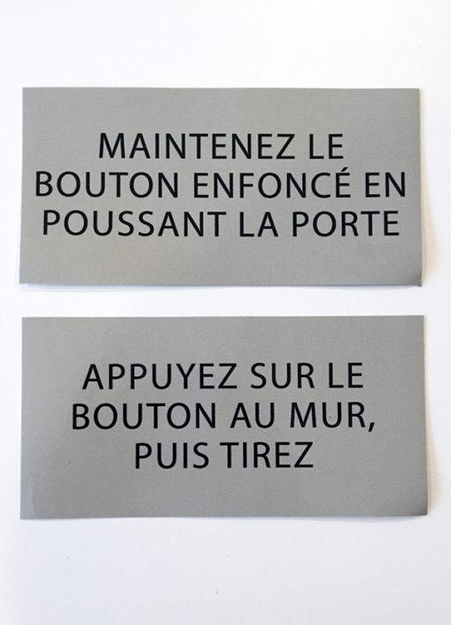 Affiche de porte, signalétique sur porte, indication bouton d'ouverture de porte.
