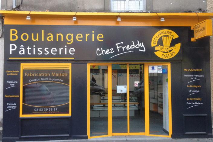 Adhésif découpé et enseigne drapeau - Boulangerie Chez Freddy boulevard Dalby