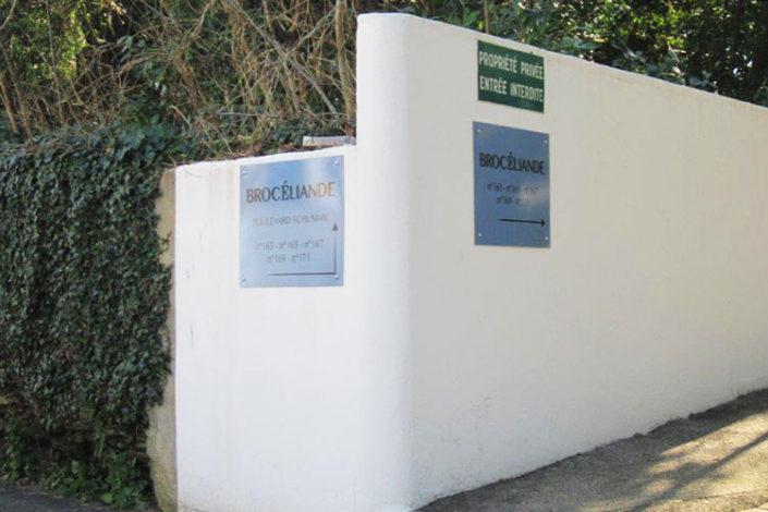 Dépose des anciens numéros de rue, et repose de la signalétique de la copropriété « Brocéliande » , boulevard Schuman (près rond point de Rennes), à Nantes