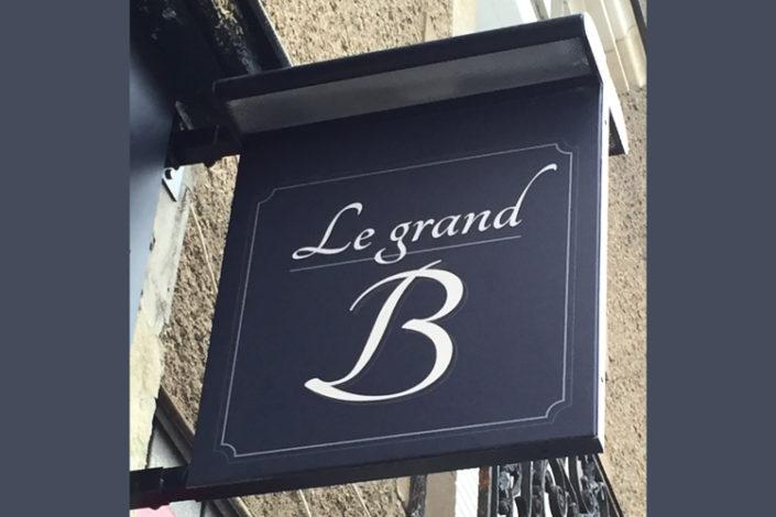 Enseigne perpendiculaire avec rampe d'éclairage, Restaurant Le Grand B sur l'Ile de Nantes