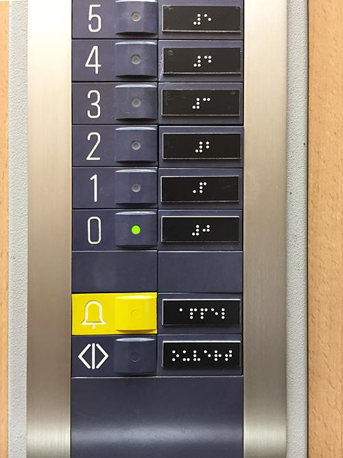 Etiquette en braille sur panneau de commande d'un ascenseur pour un syndic de copropriété à Nantes