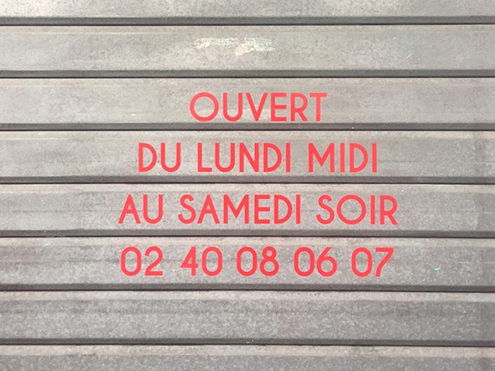 Adhésifs horaires sur rail métallique d'un restaurant à Nantes