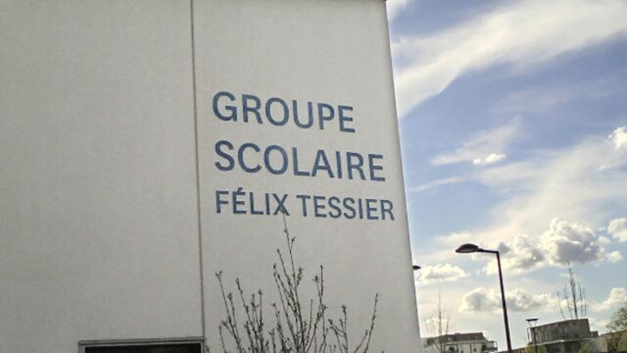 Lettres grand format découpées sur la façade extérieure du groupe scolaire Félix-Tessier à Nantes