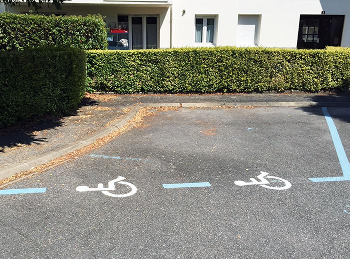 Marquage au sol parking stationnement réservé aux PMR et handicapés à La Chamade