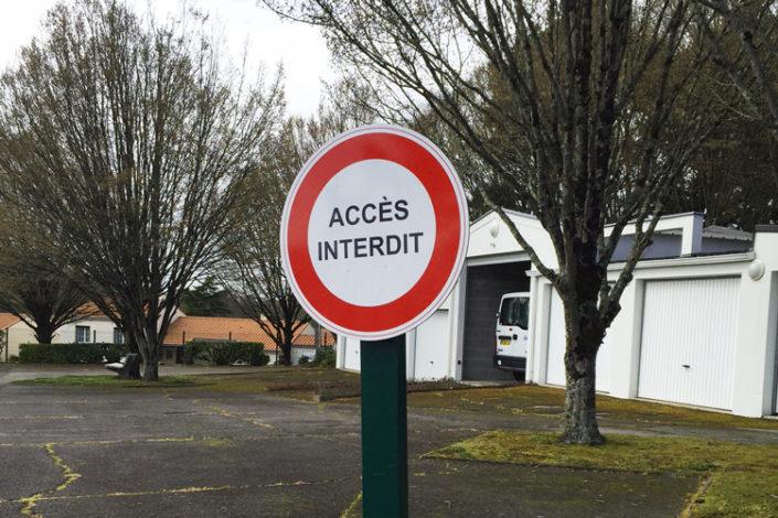 Panneau accès interdit pour des garages privés, centre de Nantes