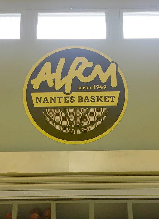Panneau publicitaire dans une salle de sport, pour un club de basket nantais ALPCM