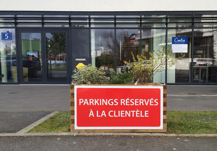 Panneau de signalétique parking réservé à la clientèle de Cantin Immobilier