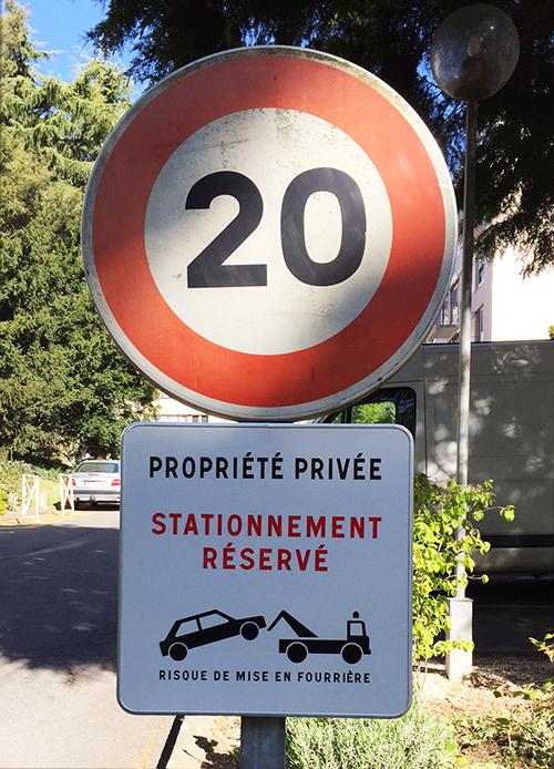 Panneau de limitation de vitesse 20km/h Propriété privée et stationnement réservé au centre ville de Saint Nazaire (44)