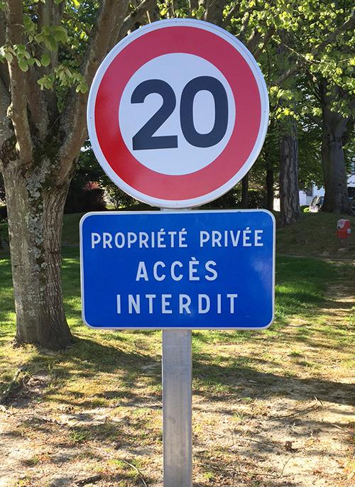 Panneau de signalisation limitation de vitesse à 20km/h Propriété privée Accès interdit à Saint Sébastien sur Loire (44)