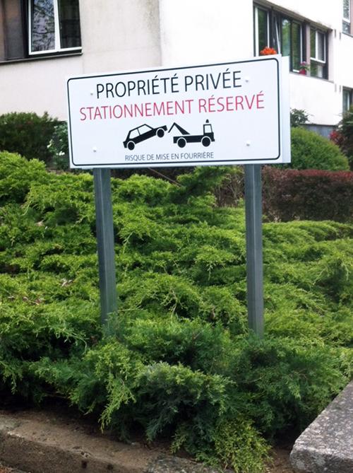 Signalétique sur poteau propriété privée, stationnement réservé, bi mat à Nantes, Pont du Cens