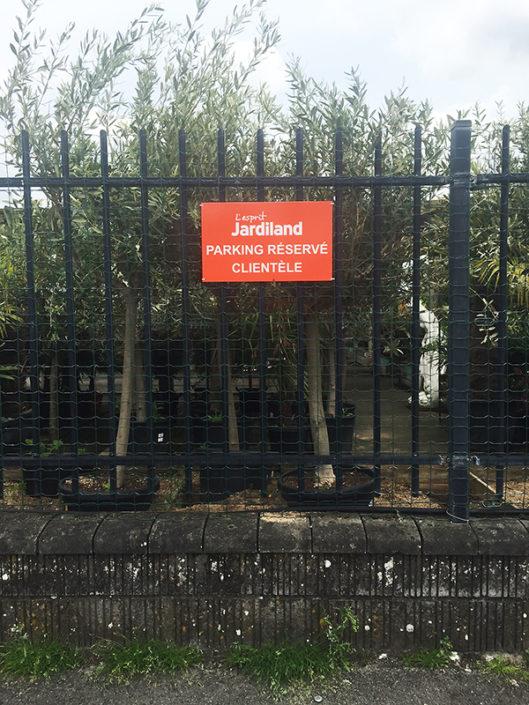 Panneau signalétique sur clôture et grillage parking réservé clientèle Jardiland Carquefou Nantes