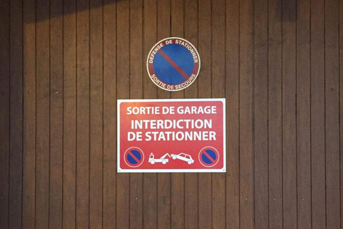 Panneau sortie de garage, avec visuel de la mise en fourrière, copropriété Nantes, quartier préfecture