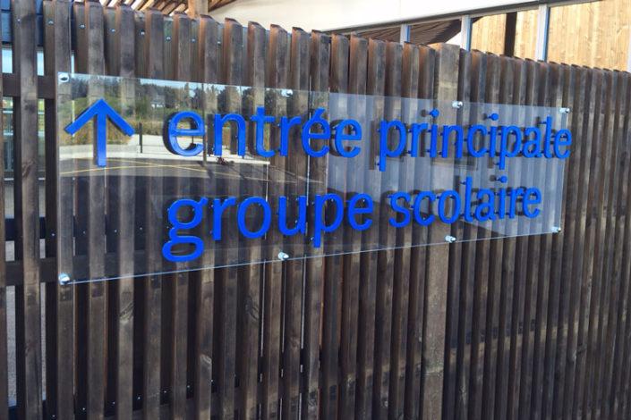 Plaque en Plexiglas® avec lettres PMMA posées sur entretoises (1,84 mètre de long en un seul morceau), sur le portail d'entrée d'un groupe scolaire