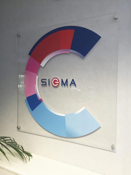 Plexiglas® avec adhésif quadri traité anti UV - Pose sur entretoise avec capuchon inox Sigma Informatique