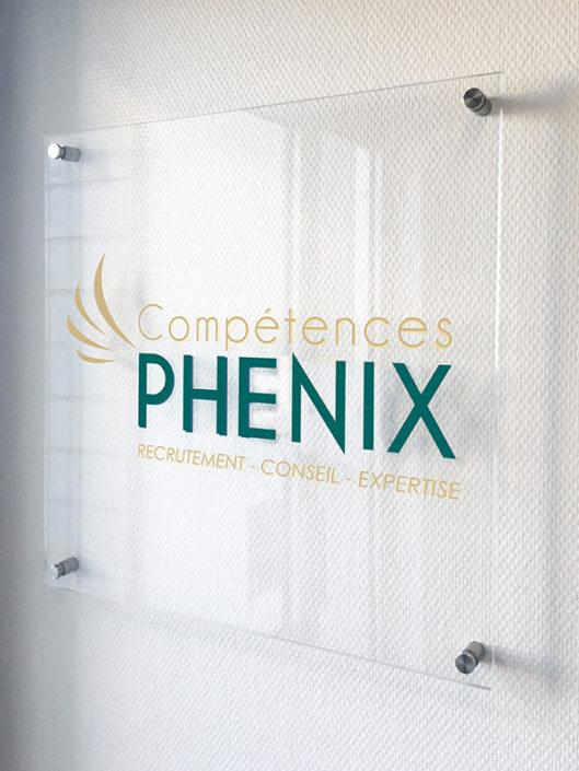 Plaque de Plexiglas® avec entretoises, fixée sur du placoplâtre pour la société Compétences Phénix à Nantes