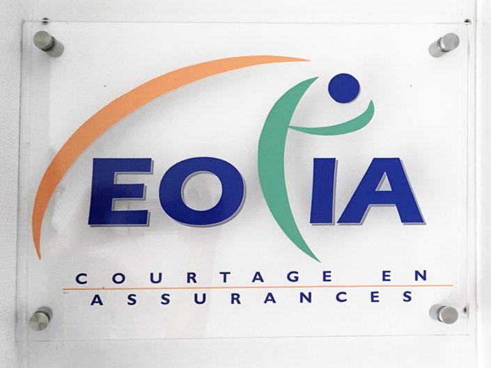 Plexiglas® et quatre entretoises fixé sur un mur de placo en intérieur pour le courtier en assurances Eolia à Nantes