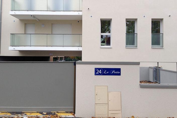 Résidence Le Patio à Sautron, inscription en façade du numéro de rue