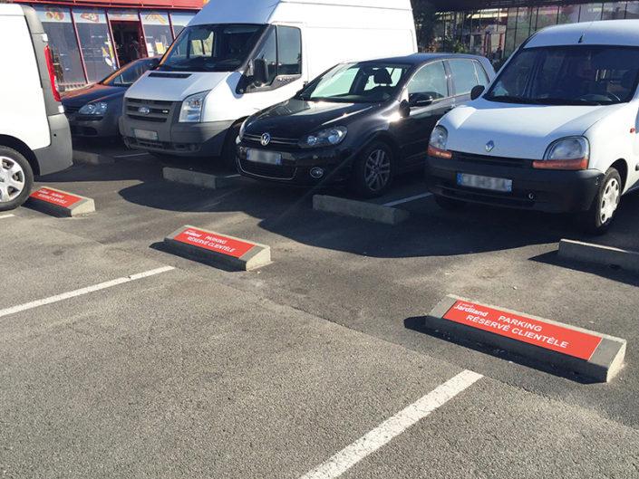 Signalétique de stationnement sur plots pour un parking privé, réservé à la clientèle de Jardiland Nantes