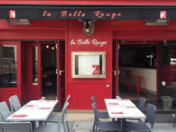 Impression personnalisé sur lambrequin avec lettrage et logo du restaurant La Belle Rouge