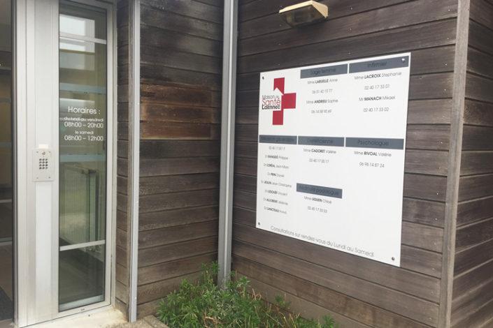 Signalétique panneau dibond 1200X1200 avec écritures en lettres découpées pour modifications éventuelles, Maison de la Santé à St Nazaire