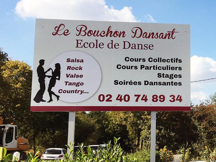 Panneau dibond enseigne Le Bouchon Dansant, en dibond adhésivé traité anti- UV 2m50 x 1m50 à Treilleres scellement double pied à 4m de hauteur