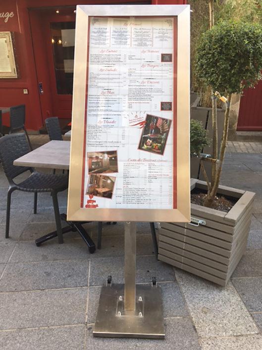 Totem porte-menu extérieur lumineux La Belle Rouge restaurant centre de nantes
