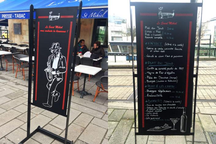 Porte menu extérieur laqué noir interchangeable grâce à ses magnets avec adhésif imprimé ou adhésif ardoise. Fourni avec roulettes. St Mihiel, bar-brasserie à Nantes.