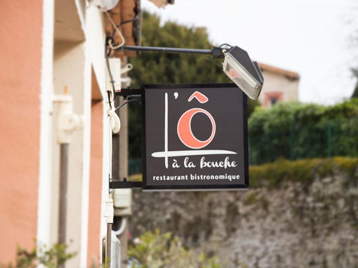 Enseigne drapeau lumineuse pour le restaurant L'Ô à la Bouche à Vertou (44)