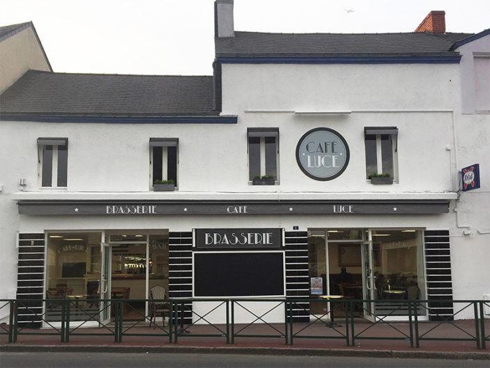 """Panneau Dibond à la découpe pour l'enseigne, lambrequin personnalisé et panneau """"Brasserie"""" pour le Café Luce à Sainte-Luce-sur-Loire (44)"""