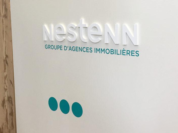 Fabrication de lettres découpées PMMA en relief et pose d'adhésif pour Nestenn à Nantes (44)