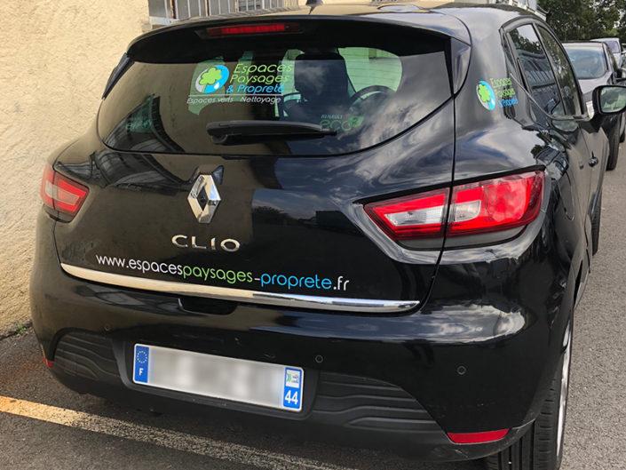 Création et pose d'adhésif en lettres découpées sur une voiture commerciale Renault Clio pour la société Espaces Paysages et Propreté à Nantes (44)