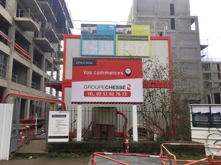 Panneau de chantier normalisé et fixé par élingues, quartier Ile de Nantes (44)