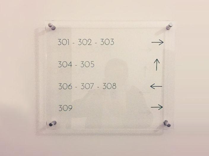 Plexiglas indication de chambres, dans un hôtel à Nantes