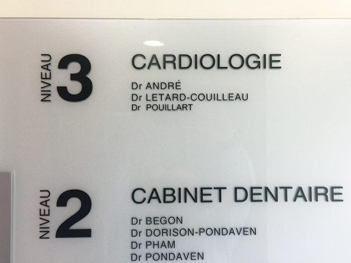 Panneau en plexiglas et adhésif en lettres découpées pour une clinique à Nantes (44)