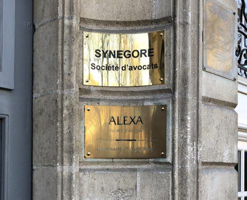 Plaque incurvée en laiton doré à la forme Synegore, société d'avocats à Nantes (44)