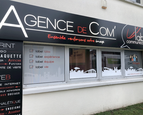 Enseigne caisson tôle lumineux et panneau dibond pour agence de communication Label Communication à Nantes (44)