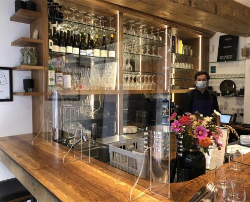 Protection plexiglas sur-mesure pour Restaurant Nantes, avec deux passe-plats - Label enseigne